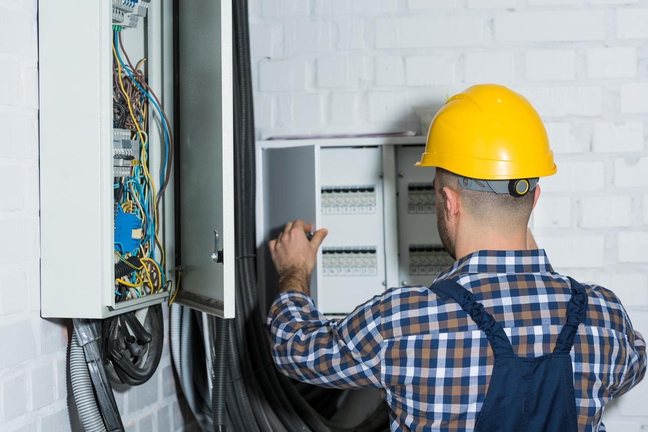 Instalacje elektryczne - usługi elektryczne - co robi elektryk