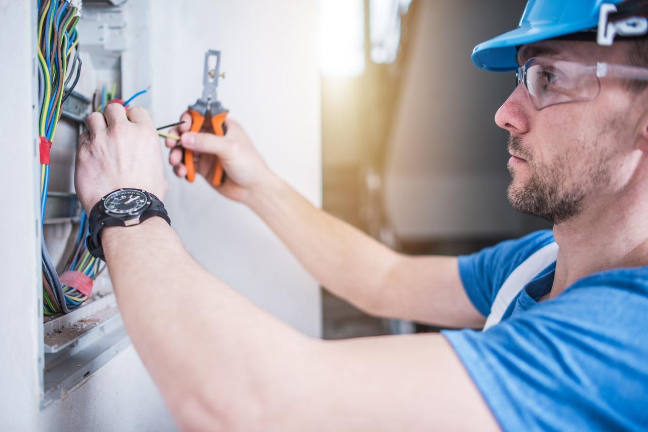Instalacje elektryczne w biznesie - czym są instalacje elektryczne